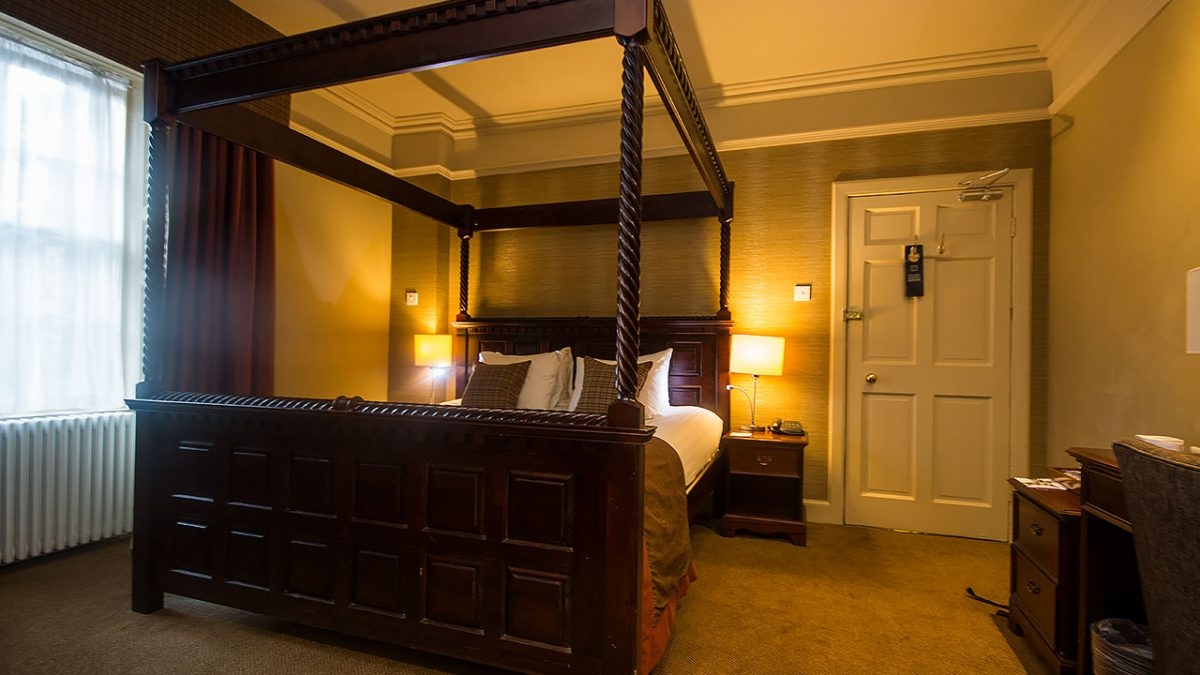 4 poster bed Tontine Hotel